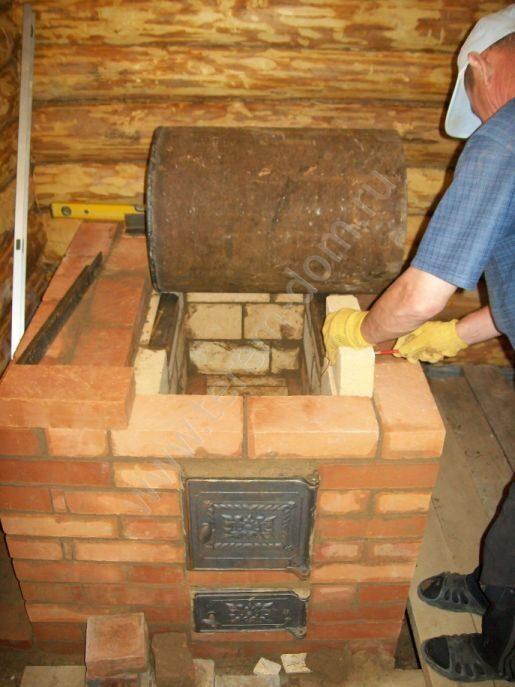 Кирпичная печь для бани с котлом для воды
